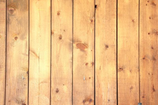 環境に優しい木材処分を心がけよう! 今回は、木材を処分する方法や、木材を処分する時の注意点についてご紹介しました。 DIYをすることは、木のぬくもりを感じたり、心の安らぎに繋がるため素晴らしいことですが、限りある資源の木材を無駄にしないことが大切です。 処分のコストを抑えようと自分で木材を処分する場合は、自治体によって木材既定の処分が細かく定められているため、自治体窓口や粗大ごみセンターなどで確認しましょう。 手間と労力をかけず処分したい場合は、不用品回収業者に依頼するのがオススメです。 不用品回収業者に依頼すると、木材の処分と合わせて不用品も処分してくれるなどメリットがありますが、高額請求などトラブルが発生するリスクもあります。 そのため、インターネットで情報収集したり複数の業者から見積もりを依頼して、信頼できる業者を選ぶ必要があります。 ご自身の状況に合わせて適切な処分方法を選びましょう。 (注)本記事の内容は、公的機関の掲出物ではありません。記事掲載日時点の情報に基づき作成しておりますが、最新の情報を保証するものではございません。 by highfive 処分木材 Facebook Twitter Google+ Hatena Pocket LINE « Prev 関連記事 2020年1月27日 金庫の処分はどうすればいい?金庫の処分方法と気になる費用を解説! 2020年1月7日 【マットレスの処分に】困ったら必見!マットレスの処分方法や料金 2019年12月25日 【医療ゴミの処分】医療ゴミの処分方法や一般ゴミとの違いを知ろう! 2019年12月13日 ソファーの処分はどうしたらいいの?ソファーの処分方法や注意点を知ろう! Search 最近の投稿 【木材の処分】労力VSコスト!木材を処分する方法と注意点を知ろう! 【家具の回収】不要になった家具を回収する5つの方法について紹介! 金庫の処分はどうすればいい?金庫の処分方法と気になる費用を解説! 【洗濯機の引き取り】無料で洗濯機を引き取りしてくれる業者がいるの? 【不用品の引き取り方法】不用品の引き取り方法と費用相場を知ろう! カテゴリー